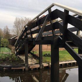 explore Giethoorn bridge